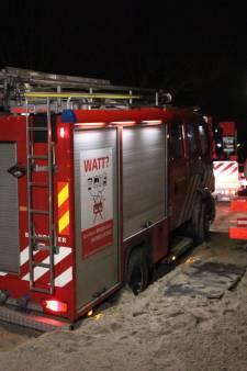 Brandweermannen lopend naar brand omdat wagen vastzit in zand