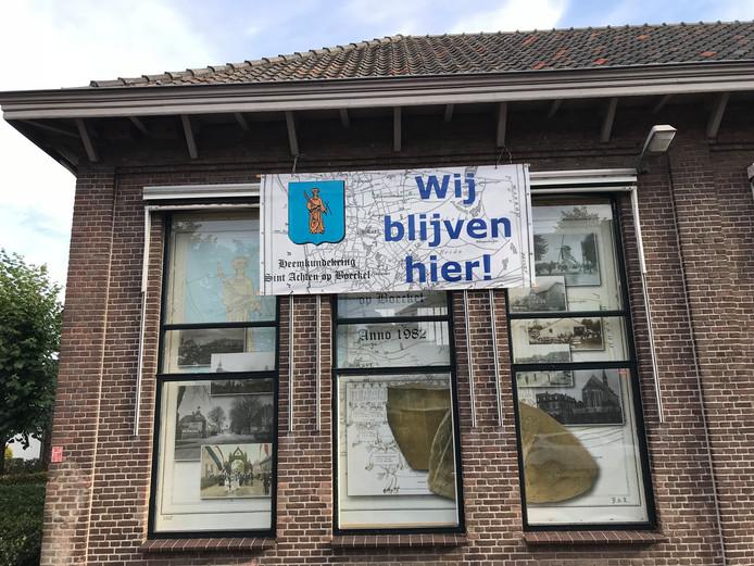 De Heemkundekring heeft het Sint-Jangebouw enkele weken geleden al voorzien van een spandoek dat niets te raden overlaat.