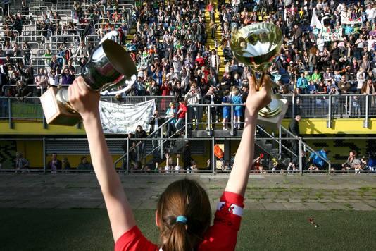 Weilustcaptain Caitlin Dijkstra, dochter van oud- NAC speler Meindert Dijkstra, toont de bekers aan het enthousiaste publiek op de Bside.