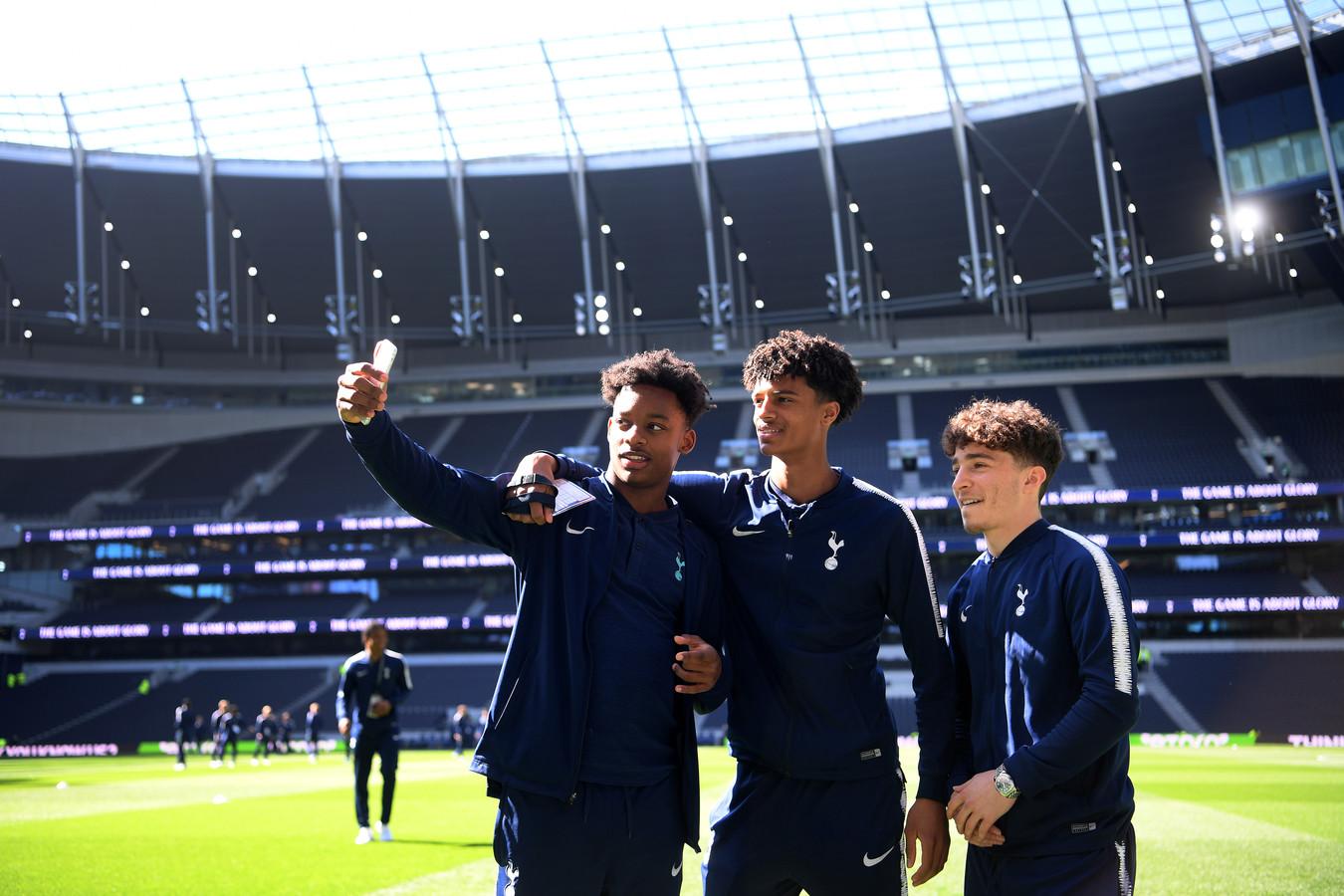 J'Neil Bennett, Brooklyn Lyons-Foster en Armando Shashoua voor de wedstrijd.