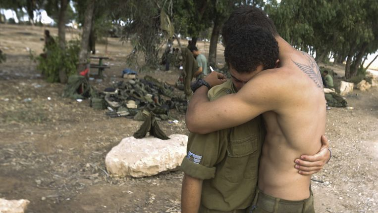 Een Israëlische soldaat omhelst een collega voor terugtrekking uit de Gazastrook. Beeld epa