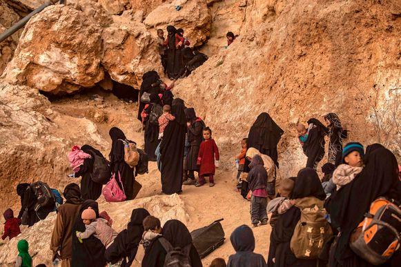 Leden van IS en hun kinderen verlaten het dorp Baghuz.