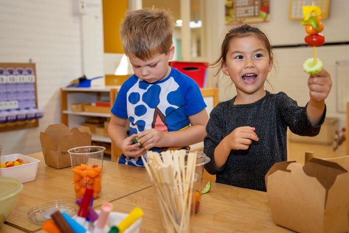 Kinderen van De Rank maken tapas.