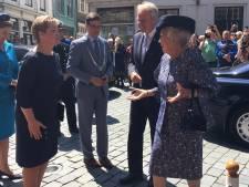 Prinses Beatrix ontvangt verzamelingenboek van jubilerend Zeeuws Genootschap