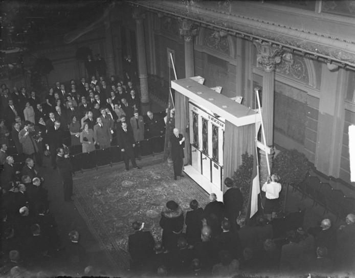 Het KNVB-oorlogsmonument dat op 10 mei 1949 door Pim Mulier (één van de oprichters van de voetbalbond) werd onthuld in het Koninklijk Concertgebouw in Amsterdam. Van de 2212 gememoreerde KNVB-leden die omkwamen in de oorlog, kwamen er 58 uit Deventer.