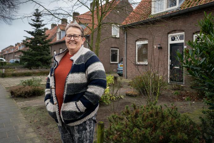 Anita van de Leest uit Schijndel voor haar woning aan de Deken Baekersstraat, die onlangs van binnen is opgeknapt. De buitenzijde van de woning volgt nog.