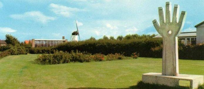 Het kunstwerk 'De Hand' stond jarenlang bij het Liebregtsplein in Vorstenbosch.