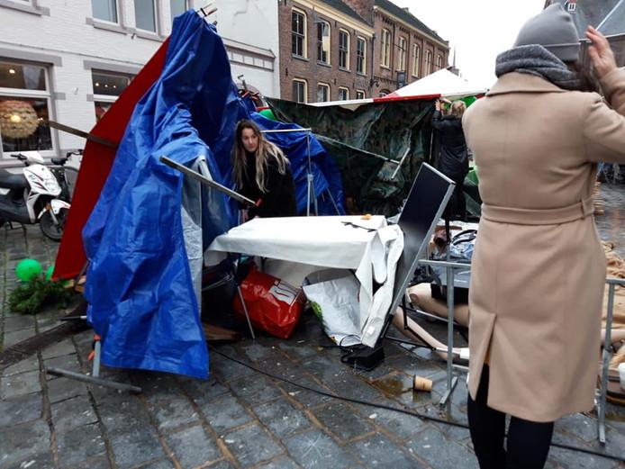 De kraam van kattencafé Kat en Schotel op de Goese Kerstmarkt veranderde door de wind in een ravage.