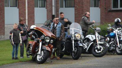 Harley Davidson van 'Don't Worry, Be Happy' rijdt naar communie met 130 motards in kielzog