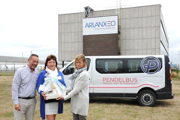 Nadia Van Beughem werd in de bloemetjes gezet als 500.000ste gebruiker van de Pendelbus.