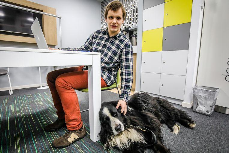 Jordy Deweer zal ook in z'n IT-bedrijfje hulp krijgen van z'n blindengeleidehond Groover.