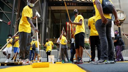 Stad New York schildert 'Black Lives Matter' in reuzenletters voor Trump Tower