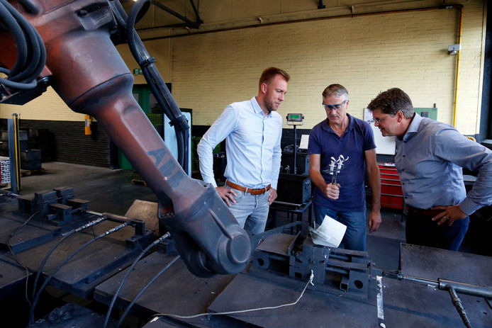 Algemeen directeur Marcel van der Sluijs (r) en Hoofd Productie Daan Roelfsema (l) met coquillemaker Gijs Hak (m) in de aluminiumgieterij.
