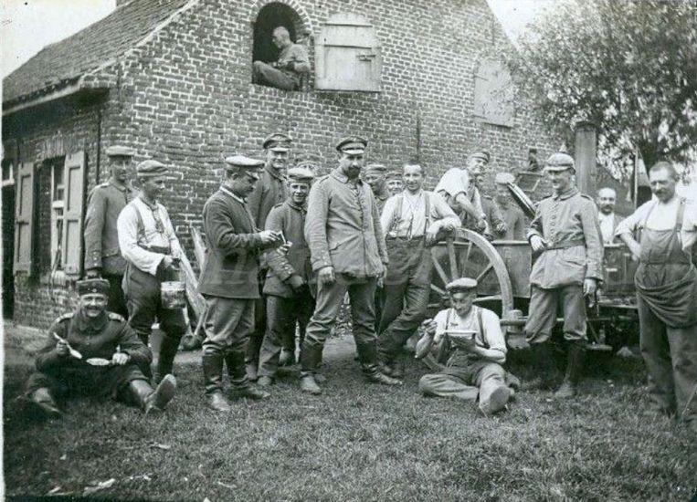 Het affichebeeld van 'Het Frontparadijs'. Soldaten poseren ten tijde van WOI tijdens de schaft bij een zogenaamd 'goulashkanon'.