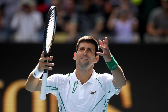 Novak Djokovic viert zijn overwinning op Yoshihito Nishioka.