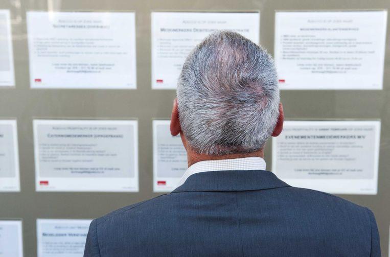 Een werkloze man bekijkt vacatures. Beeld ANP XTRA