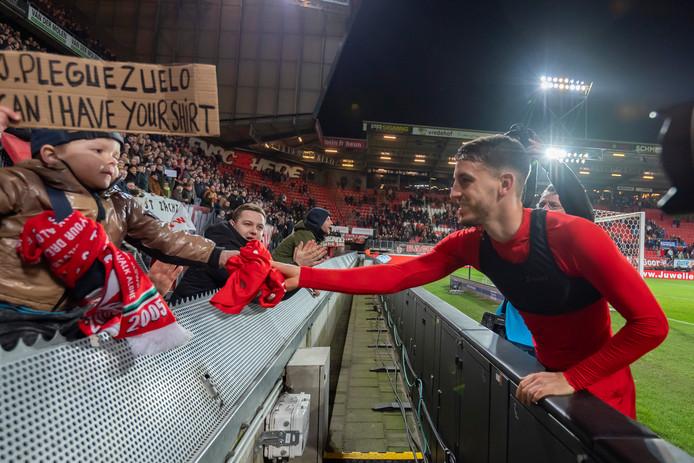 Julio Pleguezuelo geeft na afloop zijn shirt aan een jonge fan.
