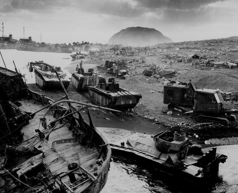 Wrakken van Amerikaanse oorlogsschepen en pantserwagens op het strand in Iwo Jima.