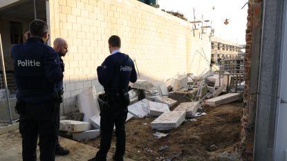Muur stort in en raakt twee arbeiders