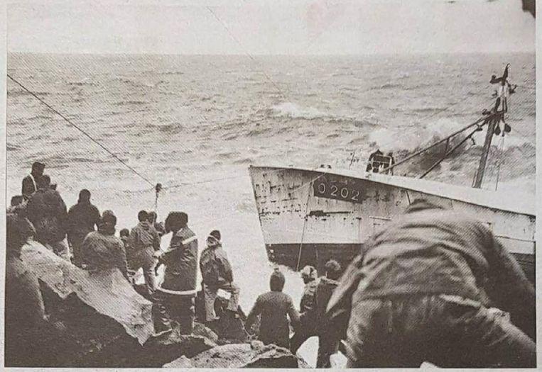 Via een lijn naar het vasteland konden de meeste bemanningsleden ontsnappen.