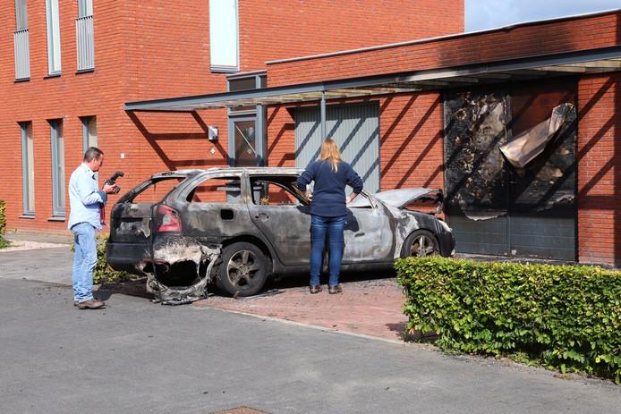 De politie onderzoekt de autobrand aan het Boekweithof in Berghem.
