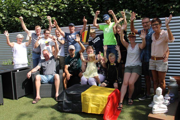 Koens zus Evelien (derde van rechts) en de vader van Koen (tweede van rechts) gingen in Ledegem samen vrienden en familie op café om Koens gouden medaille in Berlijn te vieren.