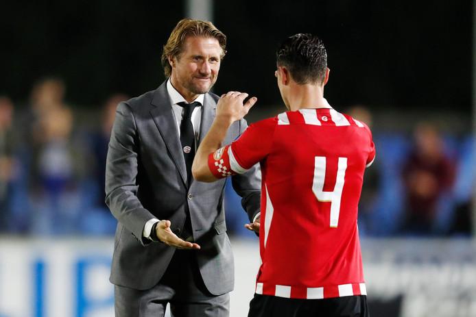 Twan Scheepers viert een overwinning bij Jong PSV met Dirk Abels, die inmiddels voor Sparta speelt.