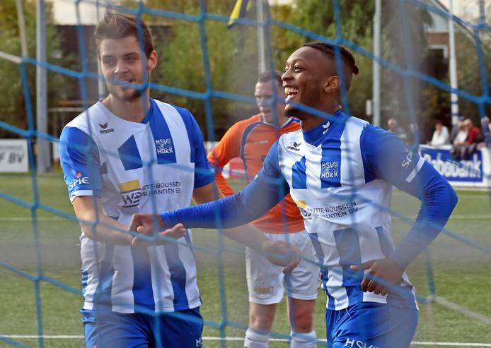 Francis Kabwe Manengela (rechts) wordt na de 4-0 tegen ONS Sneek gefeliciteerd door Robin Nelis.