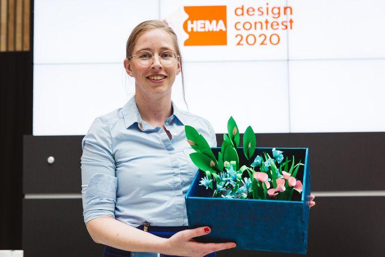 Maaike Min met de door haar ontworpen Bloeitegel, waarvoor ze de Volkskrant-publieksprijs heeft ontvangen. Beeld Iris Duvekot