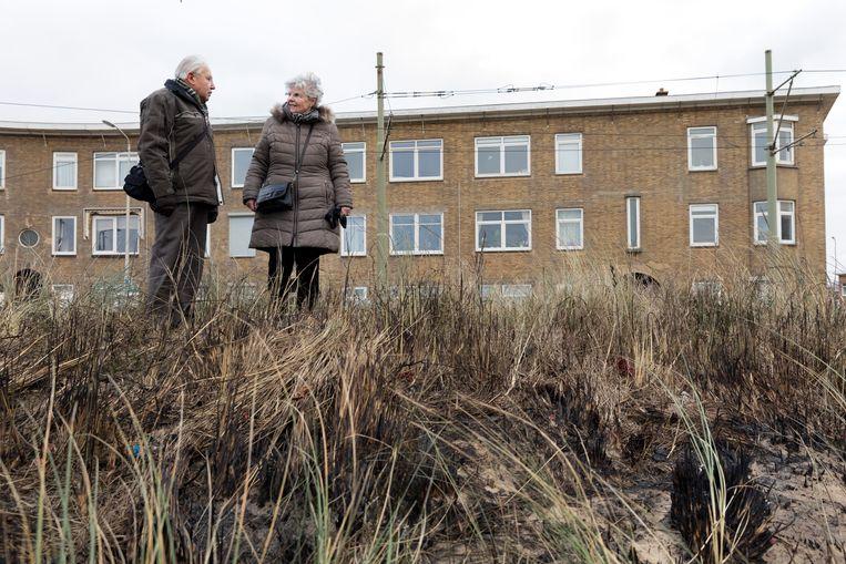 Christine (82) en Hans (85) Wenckenbach in de verschroeide duinen. Beeld Inge Van Mill