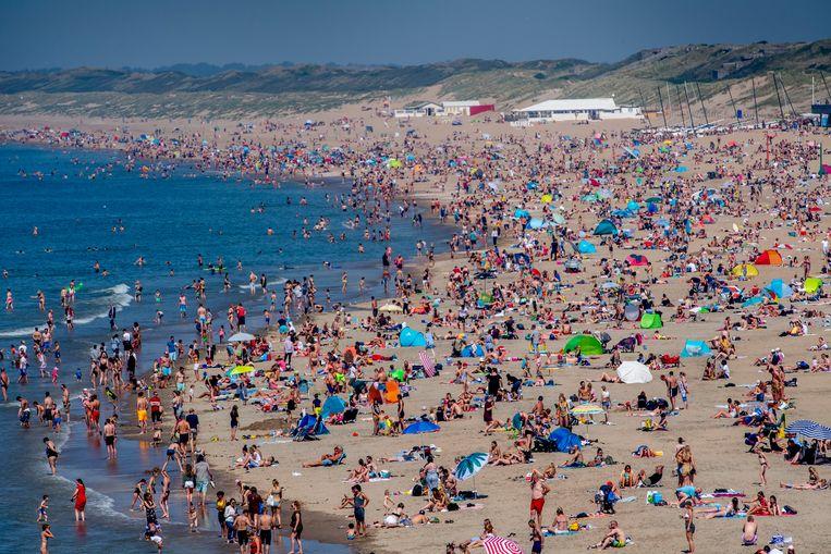 Extreme drukte op het strand van Scheveningen tijdens het mooie weer op Hemelvaartsdag. Beeld Robin Utrecht