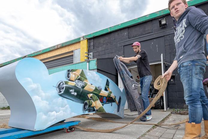 Het Halifaxbankje wordt door kunstenaar Joos Zwanenburg voorzichtig ingepakt voor de rit naar de Herenhof.