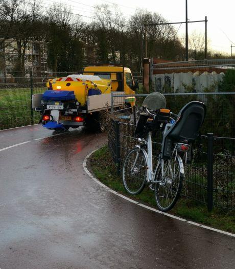 Fietser maakt lelijke smak op spekglad fietspad; gemeente Ede direct begonnen met strooien