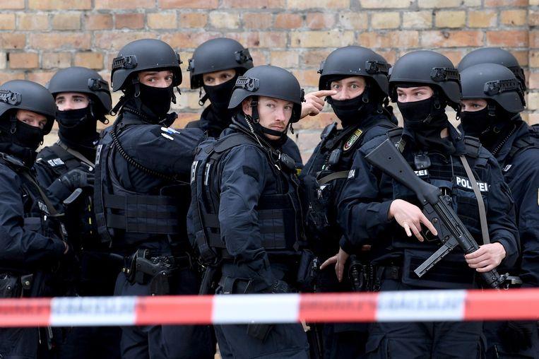 Politie in de buurt van de synagoge in Halle na de aanslag gisteren.