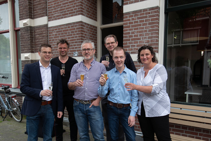 De ZZP'ers van Ondernemershuis Kampen proosten op hun nieuwe werkplek, vlnr: Reinier van Belle, Peter Slager, Alex de Jong, Remco te Winkel, Mark Bergsma en Mariska van Woerden.