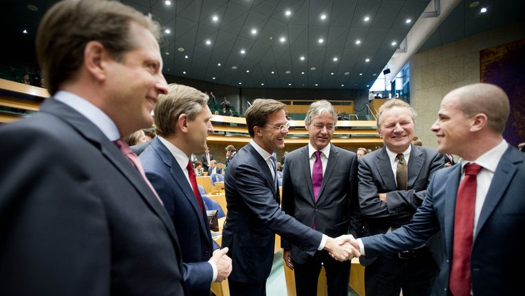 VVD-leider Mark Rutte en PvdA-leider Diederik Samsom praten voorafgaand aan het debat over het regeerakkoord met hun collega's Alexander Pechtold van D66, CDA-leider Sybrand Buma, ChristenUnie-leider Arie Slob en Bram van Ojik van GroenLinks. Beeld anp