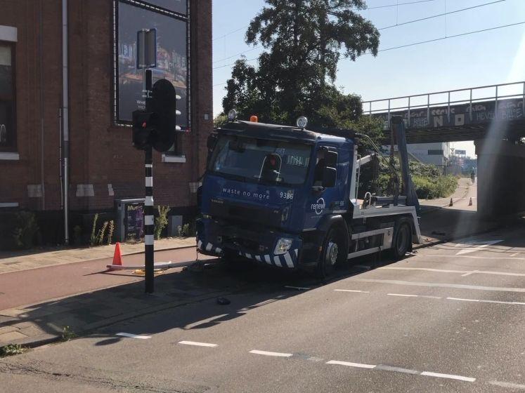 Vrachtwagen ramt viaduct