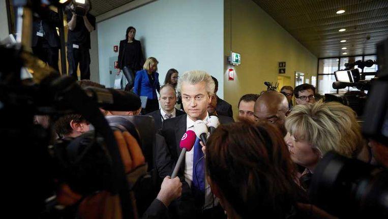 PVV-leider Geert Wilders wordt omringd door de pers op weg naar de vergaderzaal voor het vragenuurtje in de Tweede Kamer. Beeld anp