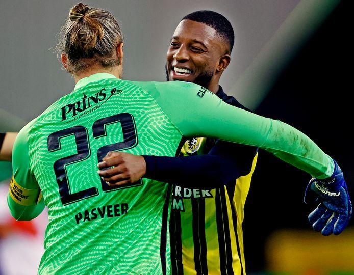 Riechedly Bazoer en Remko Pasveer vieren de overwinning op Feyenoord eind vorig jaar.