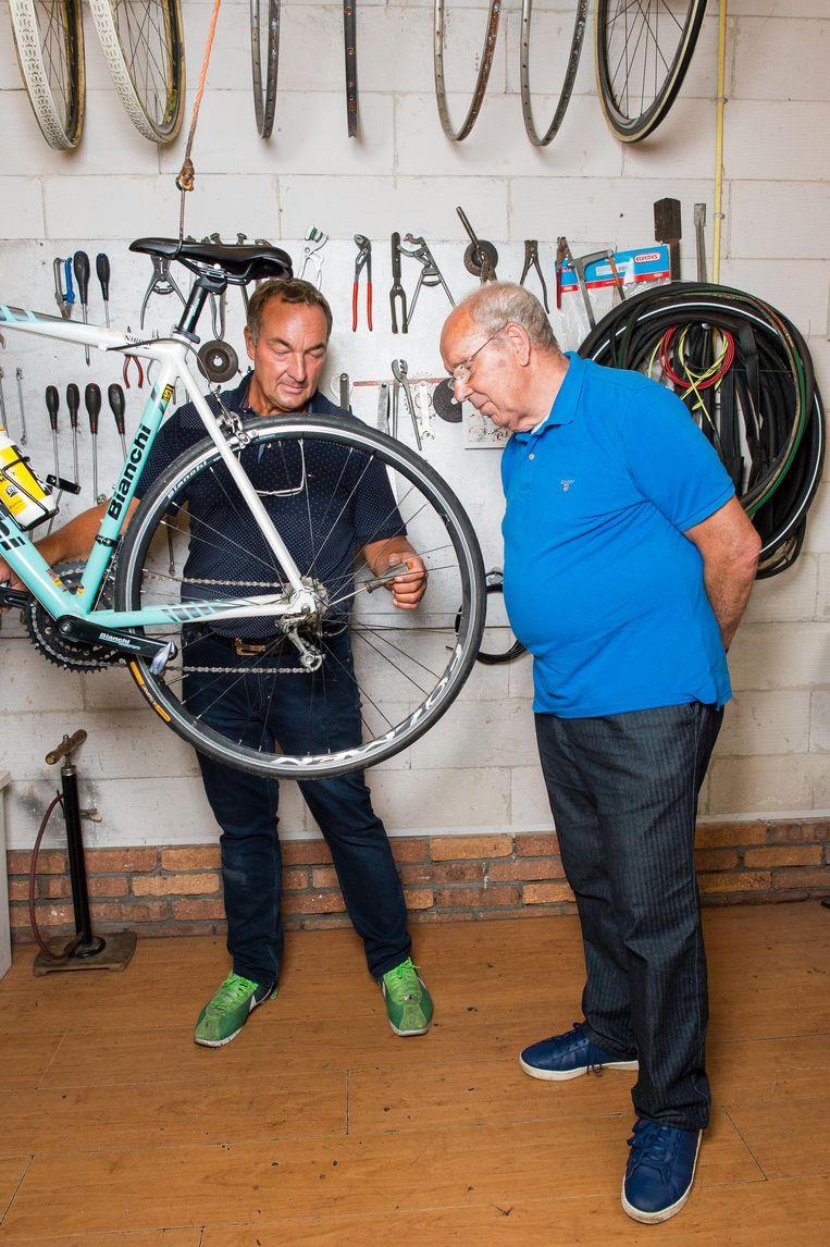 Gerrie Groenewegen (l) en Ko Zieleman, respectievelijk vader en opa van sprinter Dylan Groenewegen. Beeld Mats van Soolingen