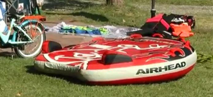 De opblaasbare waterskiband waar de dertiger vanaf viel. Het met motorboten voorttrekken van opblaasbare objecten is volgens de plaatselijke autoriteiten verboden omdat het te gevaarlijk zou zijn.