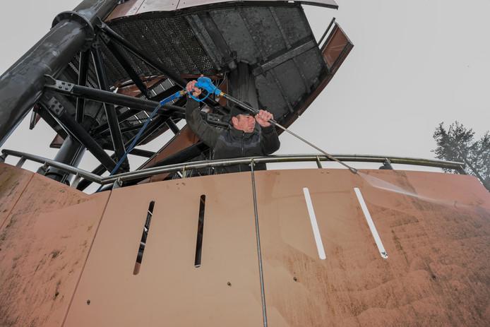 Met een hoge drukspuit wordt de vuiligheid op de uitkijktoren in Nunspeet verwijderd.