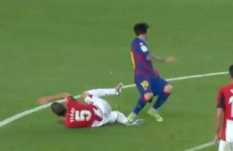Messi plant de noppen vol op de enkel van Yeray Álvarez.