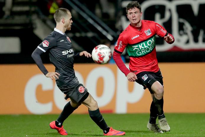 Bas Kuipers (NEC, rechts) in duel met James Efmorfidis van Almere City FC.