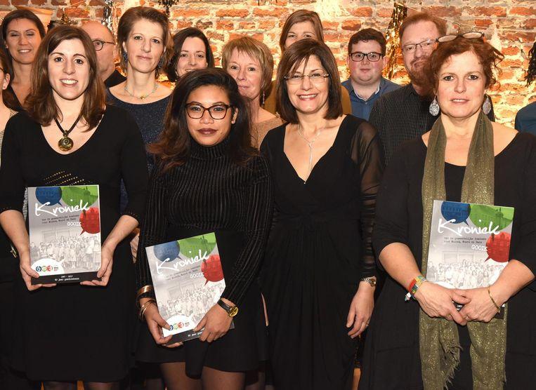 Voorzitter Sarah Copriau (l.) en enkele leerkrachten stellen het boek voor.