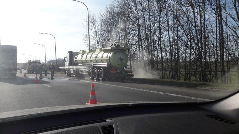 De brandweer is ter plaatse op de aansluiting van de E314-E40 in Heverlee om te kijken hoe ernstig het lek is.