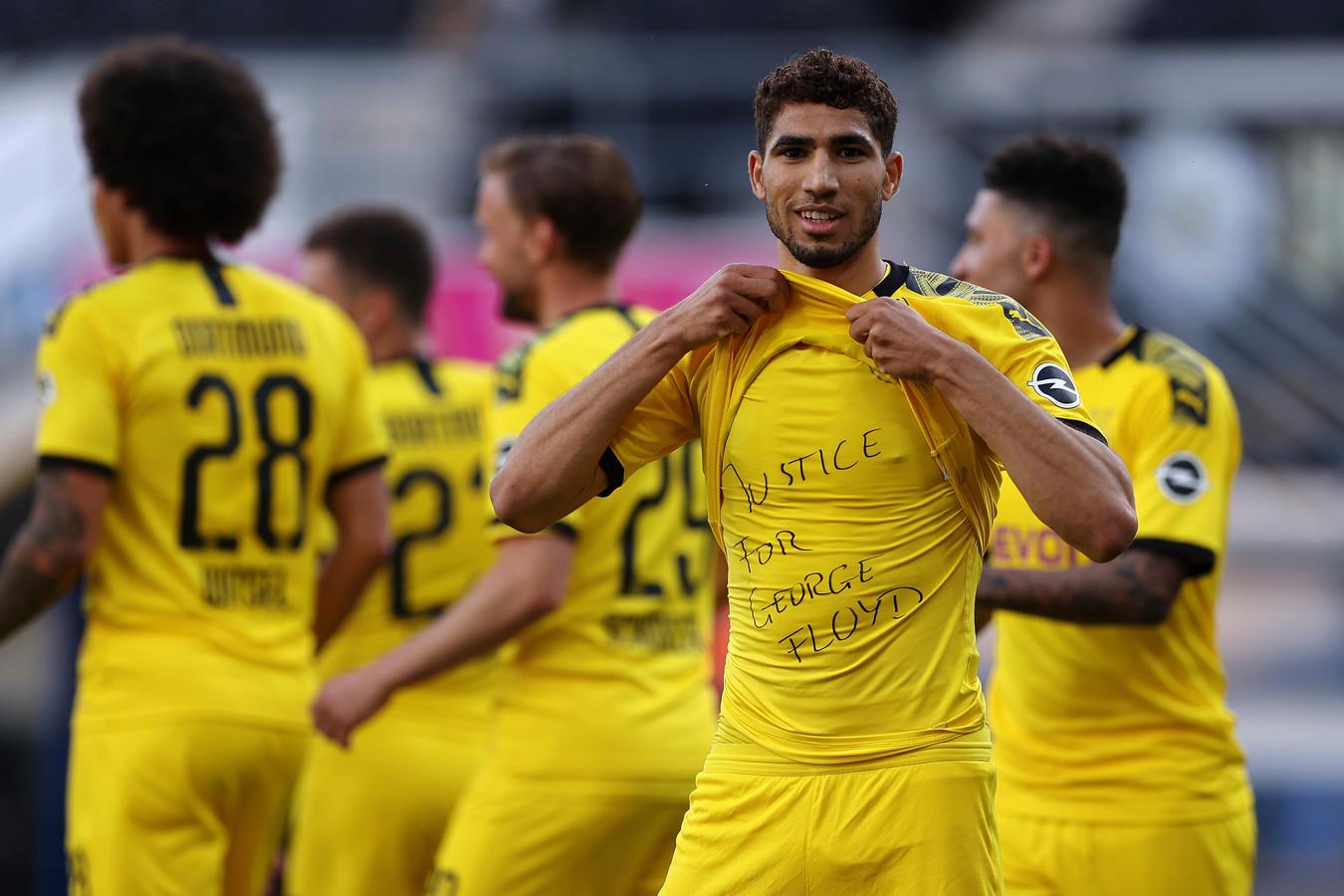 Achraf Hakimi toont zijn shirt met de tekst 'Justice for George Floyd' na zijn goal namens Borussia Dortmund tegen SC Paderborn.