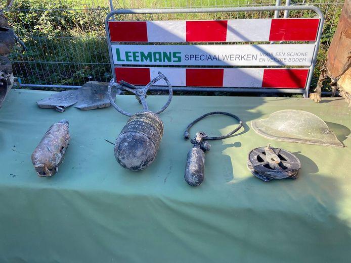 Dit zijn enkele spullen die door Leemans uit het vliegtuigwrak zijn gehaald.