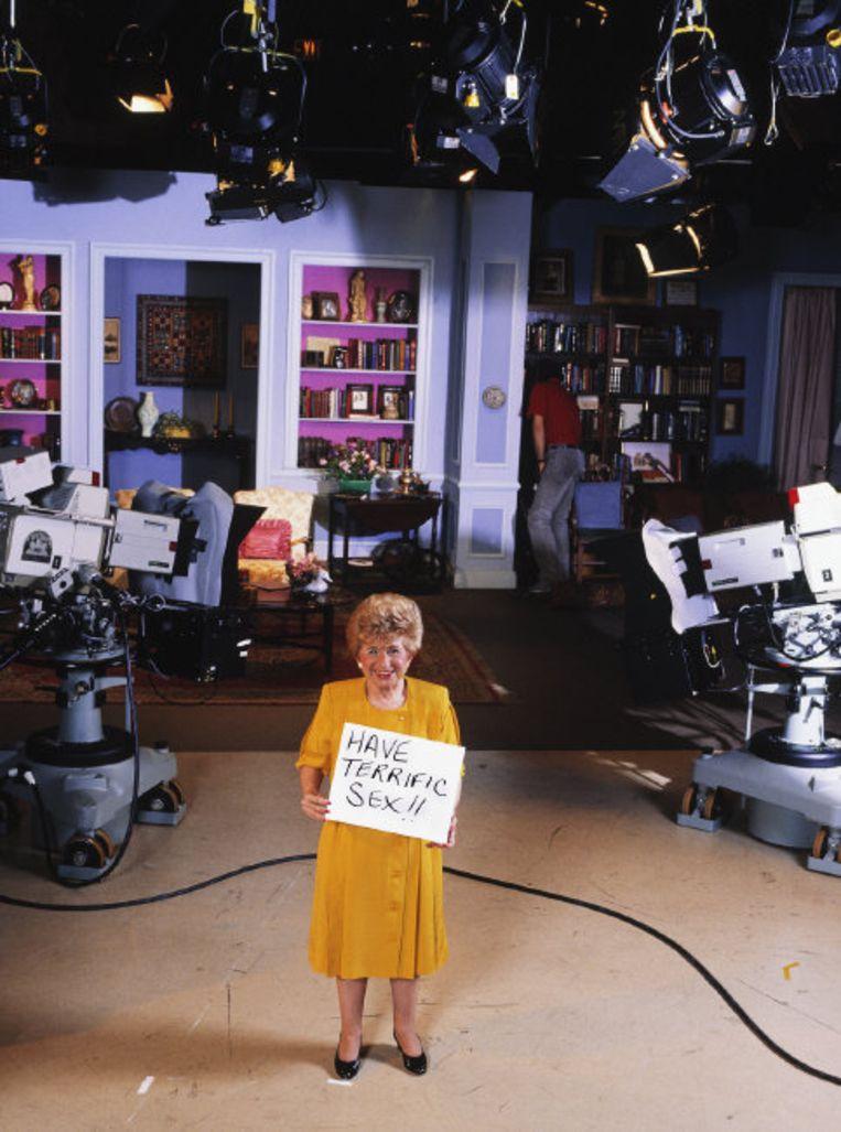 Dr. Ruth Westheimer tijdens een pauze in een tv-studio in 1986. Beeld Hollandse Hoogte / Magnum Photos