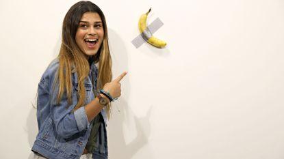'Hongerige kunstenaar' eet banaan van 150.000 dollar tijdens kunstbeurs